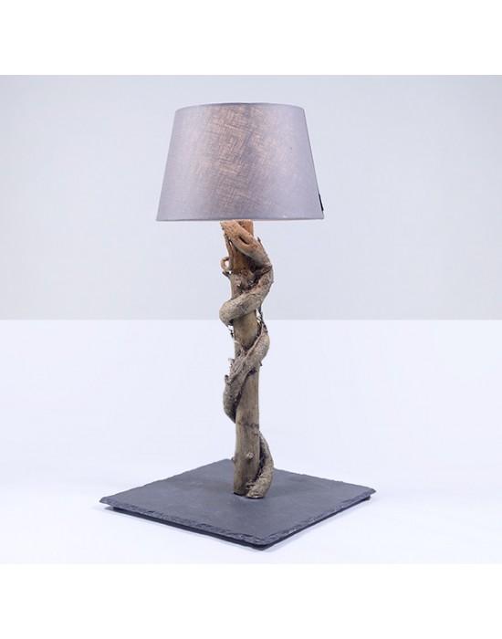 Lámpara con edera abrazada a tronco de pino