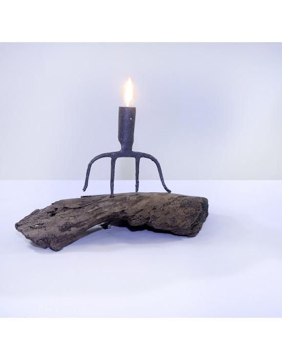 Lámpara con trozo de madera y horca antigua