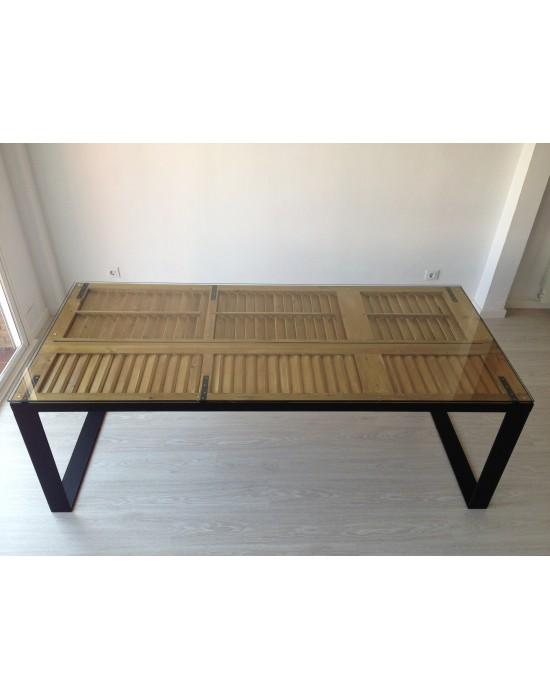 Mesa con ventanas menorquinas