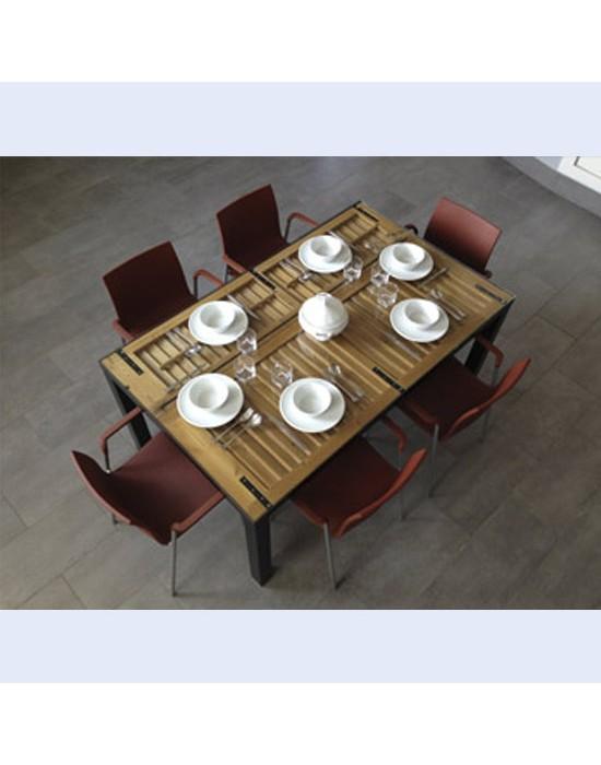 Mesa comedor con ventanas menorquinas