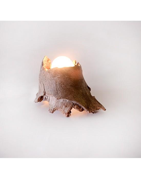 Lámpara con tronco agujereado